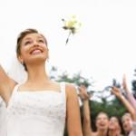 Свадебные традиции пора менять…Пусть теперь невеста вместо букета кидает подружкам неженатого мужи…