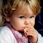 Пока у ребёнка не закончилась печенька, девушка должна успеть: помыться, одеться, покушать и посуду …