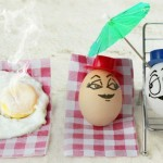 В кипящей воде разговаривают два яйца:
