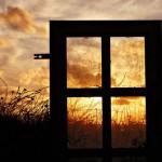 Стихи надо писать так, что если бросить стихотворение в окно, то стекло разобьется.