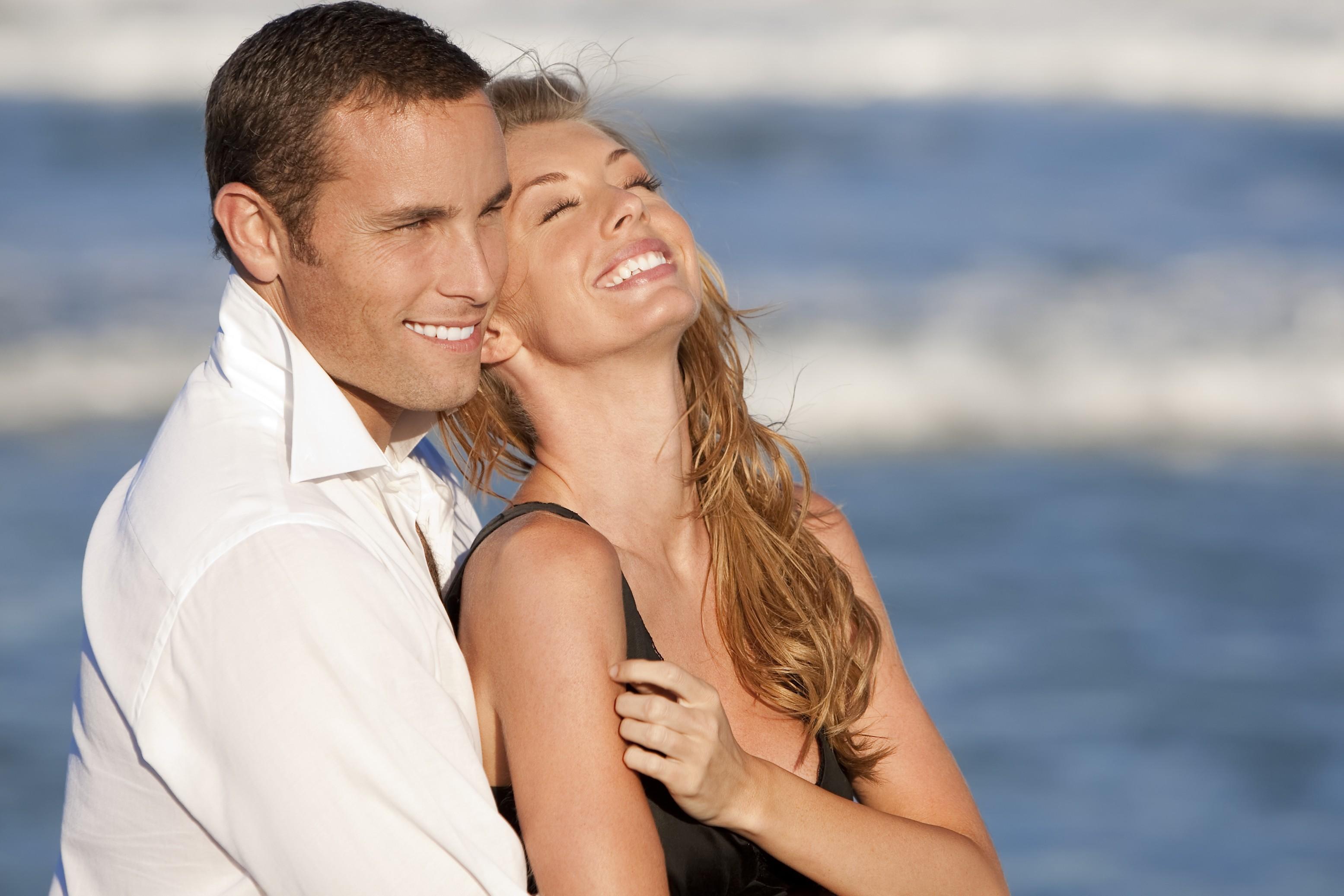 Мужчина и женщина на берегу океана