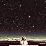 Одинокая девушка на лавке перед звездным небом
